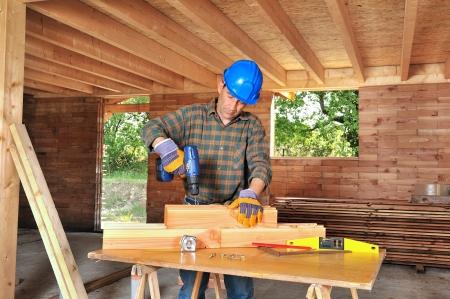 taladro: un carpintero que trabaja en su casa