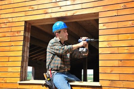 carpintero: un carpintero que trabaja en su casa