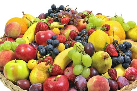 cesta de frutas: canasta tejida llena de frutas Foto de archivo