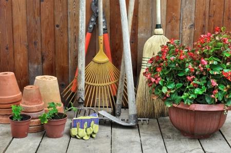 garden shears: una caseta de jard�n con todas las herramientas del jardinero Foto de archivo
