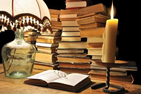libros antiguos: la lectura de libros viejos del pasado Foto de archivo
