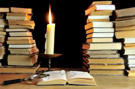 old books: Lesen alter B�cher der Vergangenheit Lizenzfreie Bilder