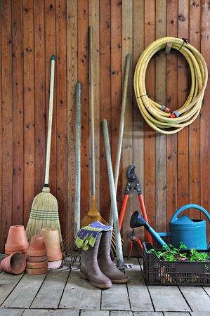 escoba: una caseta de jardín con todas las herramientas del jardinero Foto de archivo