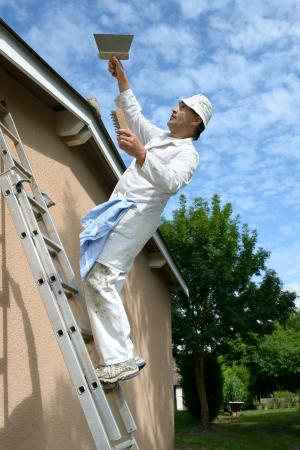 accidente trabajo: una casa de trabajo pintor que cae de la escalera