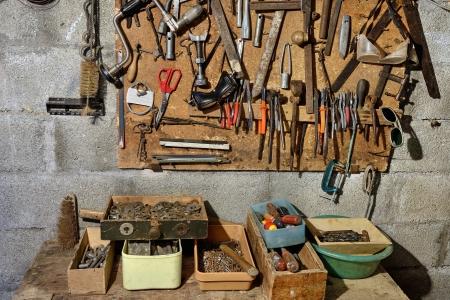 herramientas de mecánica: instrumentos antiguos a juguetear suspendidos en el taller Foto de archivo