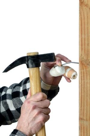 maladroit: un bricoleur maladroit d'essayer de planter un clou