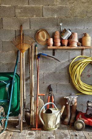 carretilla: una caseta de jard�n con todas las herramientas del jardinero Foto de archivo