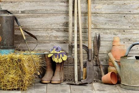 jardinero: una caseta de jardín con todas las herramientas del jardinero Foto de archivo