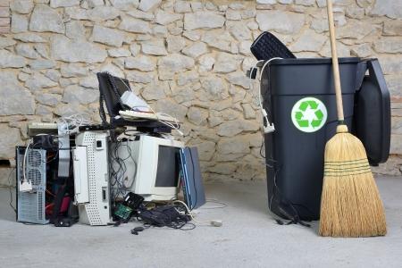 reciclar basura: limpieza de los equipos inform�ticos viejos para reciclar Foto de archivo