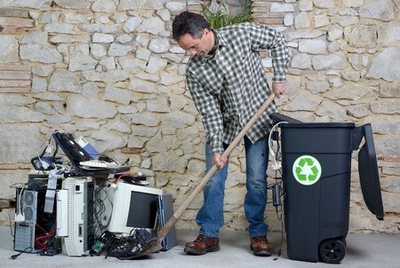 nettoyage du vieux matériel informatique pour le recyclage