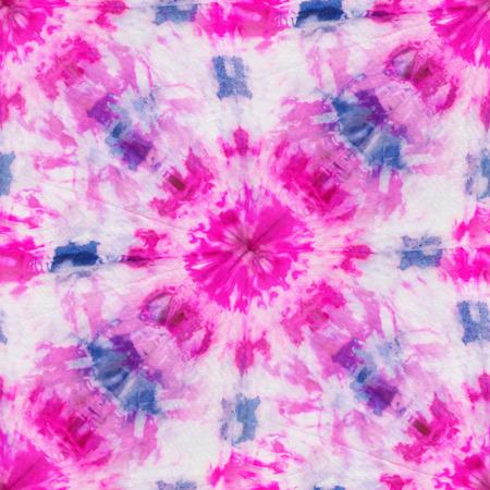 白いシルクのピンクとブルーの色の絞り染めのシームレスなパターン。手絵画生地 - 結節性バティック。絞染色。
