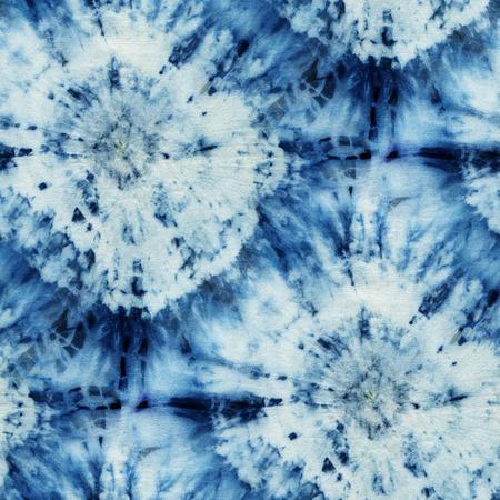 Motif tie-dye sans couture de couleur indigo sur soie blanche. Tissus de peinture à la main - batik nodulaire. Shibori teinture.