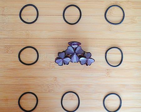 Haar accessoires die in rijen op een houten ondergrond Stockfoto