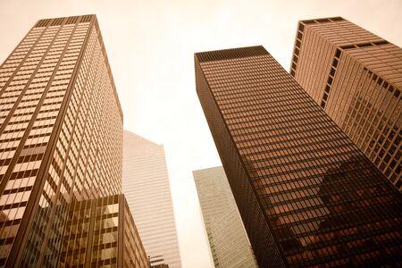 low angle views: Vista de �ngulo bajo de rascacielos de Manhattan, Nueva York, Nueva York, Estados Unidos  Foto de archivo