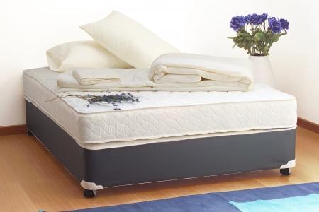 Colchón con sábanas y almohadas
