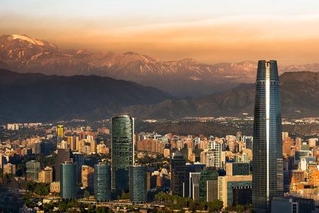 south america: Vista de Santiago de Chile con la Cordillera de los Andes en la parte posterior
