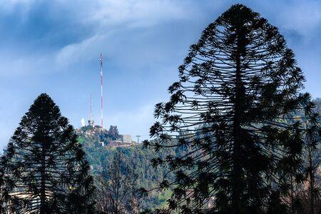 america del sur: Vista de la cumbre del Cerro San Cristóbal, Santiago, Chile Foto de archivo