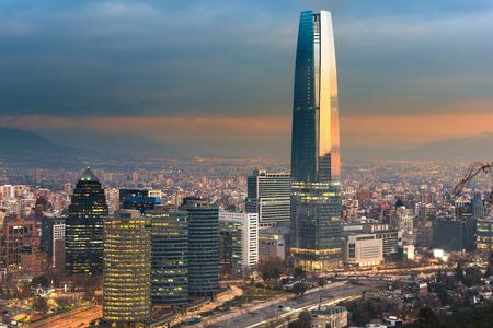 Skyline di Santiago del Cile con moderni edifici per uffici a distretto finanziario di Las Condes.