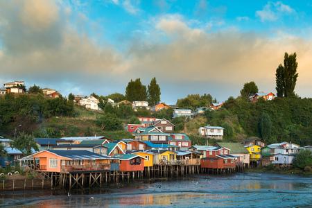 チロエ島、チリ、カストロに palafitos として知られている伝統的な高床式住宅
