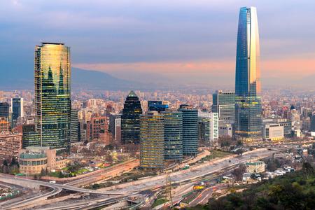 金融のラス コンデス地区に近代的なオフィスビル群とサンティアゴ ・ デ ・ チレのスカイライン。