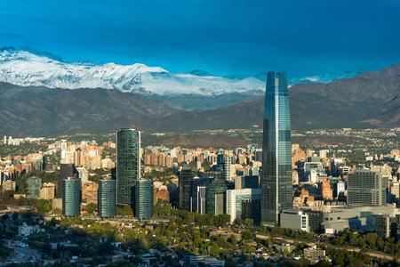 Skyline de Santiago de Chile con modernos edificios de oficinas en el distrito financiero de Las Condes. Editorial