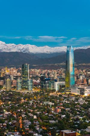 サンティアゴ ・ デ ・ チレでのスカイライン、フーツのアンデス山脈とプロビデンシア島地区で建物の。