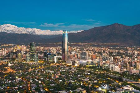 Skyline de Santiago do Chile, aos pés da Cordilheira dos Andes e edifícios no distrito de Providencia.