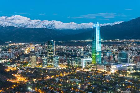 산티아고 데 칠레의 안데스 산맥과 Providencia 지구에서 건물의 발자취에서 스카이 라인. 스톡 콘텐츠