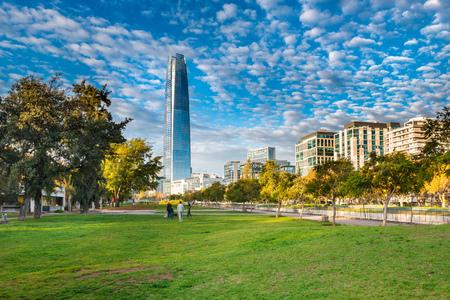 Santiago, Region Metropolitana, Chile - 14 maja 2017: Widok na nowoczesną panoramę budynków w dzielnicy Providencia od Parque de las Esculturas.