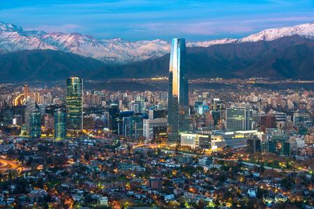 Vue panoramique des quartiers de Providencia et Las Condes avec gratte-ciel Costanera Center, tour en titane et chaîne de montagnes de Los Andes, Santiago du Chili