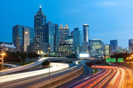Verschwommene Autolichter auf der Autobahn in der Innenstadt von Atlanta; Georgia; USA