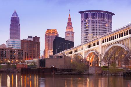カヤホガ川とダウンタウンのスカイラインに架かるデトロイトスーペリアブリッジ、クリーブランド、オハイオ州、アメリカ合衆国