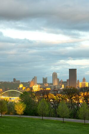 Schenley Park at Oakland neighborhood and downtown city skyline,  Pittsburgh, Pennsylvania, USA Stok Fotoğraf