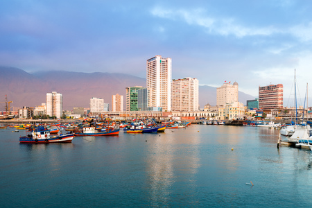 Skyline of downtown and marina of Iquique from the port, Chile 免版税图像