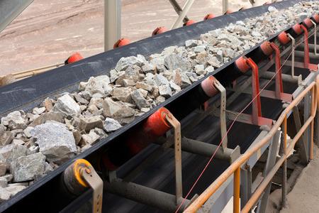 Materia prima sul nastro trasportatore prima di essere frantumata nella miniera di rame nel nord del Cile