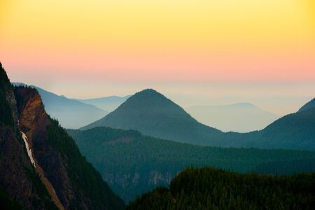Panoramic view of Mount Rainier National Park at sunset, Washington State, USA 스톡 콘텐츠