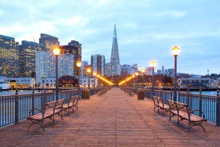 Edificios en el centro de Embarcadero al anochecer, San Francisco, California, EE.