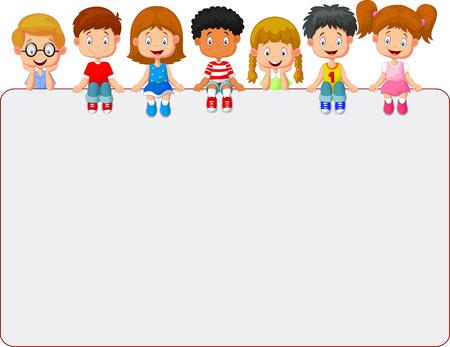 niños sentados: Grupo sonriente feliz de los niños que muestran bordo cartel en blanco