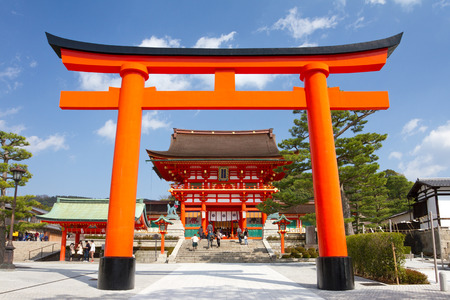 Kyoto, Japan - March 19, 2013  A giant torii gate in front of the Romon Gate at Fushimi Inari Shrine 新聞圖片
