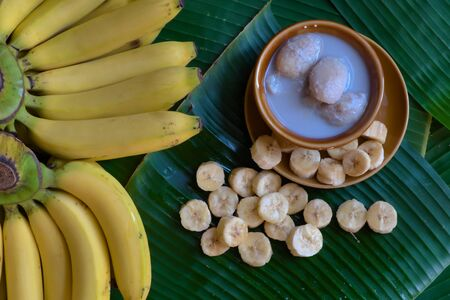 Traditional Thai dessert: Fresh bananas are peeled and cut into pieces and placed on a brown plate. Banco de Imagens