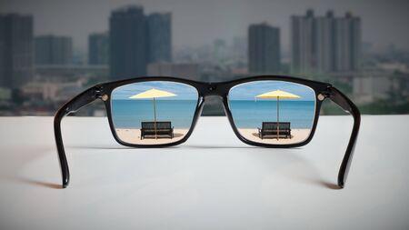Work-Life-Balance: Eine abstrakte Darstellung der modernen Lebensweise, die in der Balance von Zeit und Arbeit berücksichtigt werden muss. Durch die Spiegelung des Reisezielbildes durch die Brillengläser, die auf die Großstadt blicken.
