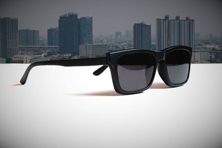 Abstract illustrations meaning  the vision of leader by  the image of the sunglasses and the big city background. Banco de Imagens