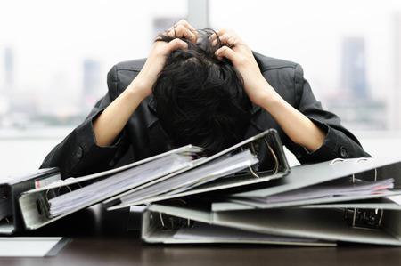 Doordachte of stressvolle zakenman op het werk Stockfoto