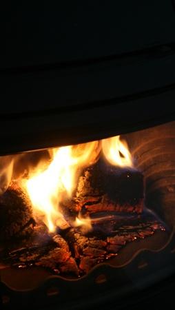 chimney corner: llamas de fuego en el marco de chimenea negro