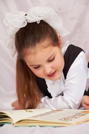 Ein Kind, ein Buch zu lesen. Lizenzfreie Bilder