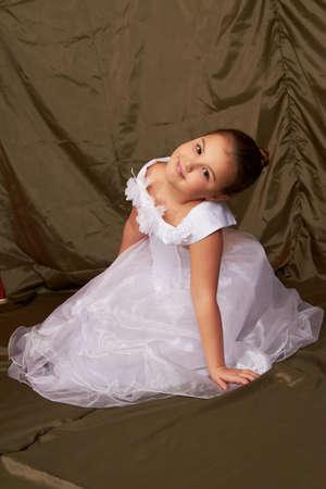 Ein kleines M�dchen sitzt nachdenklich. Lizenzfreie Bilder