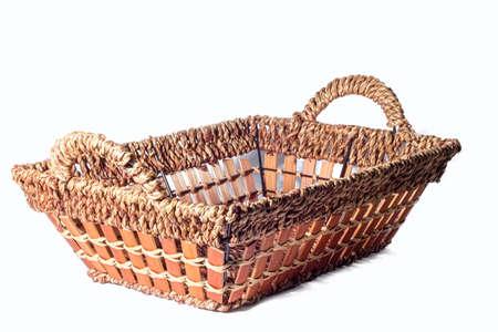 canasta de pan: Cesta de pan aislada hecha con mimbre fondo blanco decupe Foto de archivo