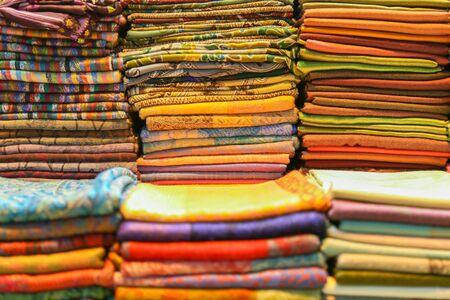 femmes muslim: Turbans colorés empilés pour couvre-chef, la profondeur de champ Banque d'images