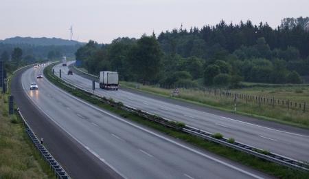 overtaking: freeway - little traffic - dawn