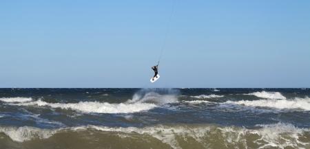 Kite-Surfer in der Luft über stürmischer See